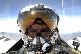 """Ved hjelp av hjelmvisiret kan """"""""Cave"""""""" styre radarmissilene flyet er utstyrt med."""