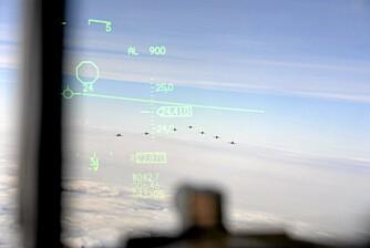 """En formasjon Gripen-fly sett gjennom Head Up Displayet på F-16 jageren til """"""""Cave""""""""."""