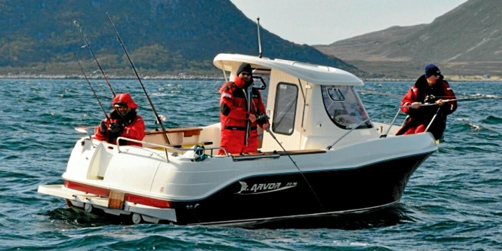 BRA BÅTER: Sportssjarkene på Torsvåg havfiske er romslige og sikre, selv i ganske høy sjø. Alle er utstyrt med fargelodd, GPS og kartplotter.