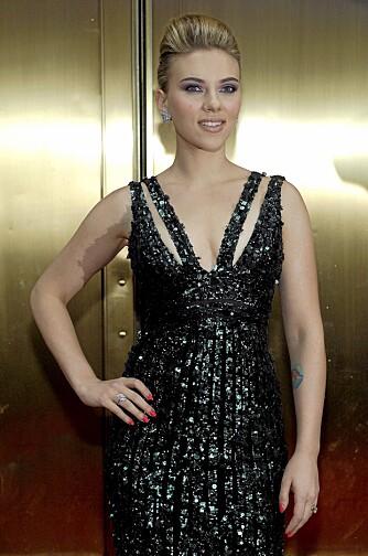 V-UTRIGNING: Scarlett Johansson er 163 cm høy, og bruker vertikale linjer og v-utrigning for å virke høyere.