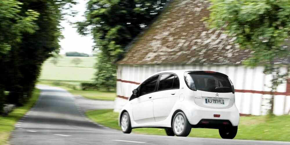 VELKJØRENDE: Citroën C-Zero er en nytelse i byen, men også på landeveien fungerer den flott.