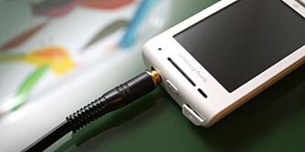 X8 har utgang for 3,5 mm minijack slik at du kan koble til vanlige hodesett.