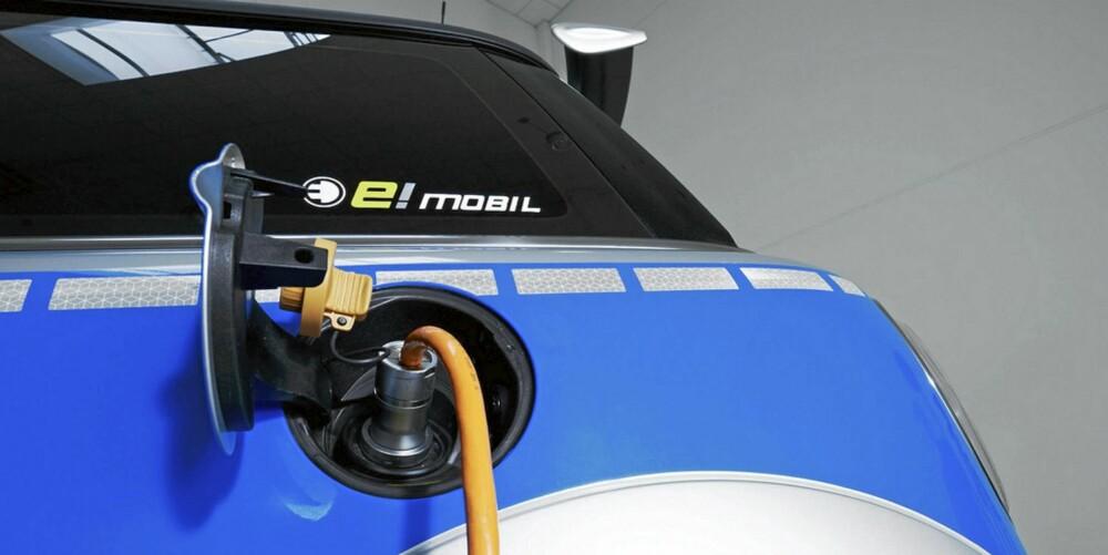 INGEN BENSIN, TAKK: Mini E vil heller ha strøm fra stikkontakten, og byr til gjengjeld på 204 hester og 220 bamsesterke Nm.