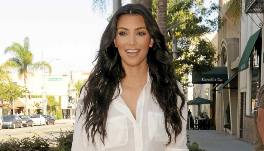 HVIT SKJORTE: Kim Kardashian iført en løs variant av superplagget.