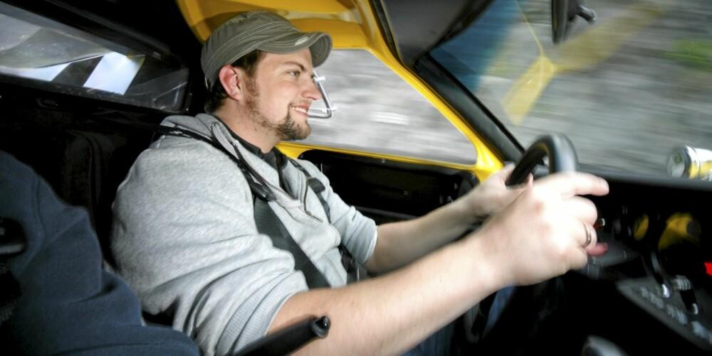 KLAUSTROFOBISK: Sittestillingen/ liggestillingen er som i en gammel racerbil, og cockpiten er så trang at rattet må ut før føreren kan klatre inn. Gromt!