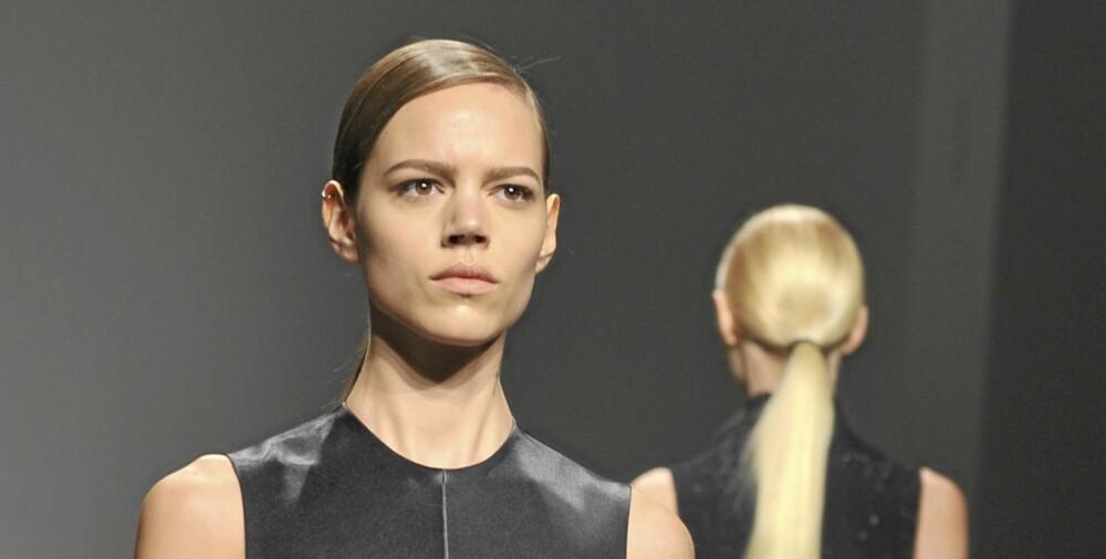 LAVT: En lav hestehale med sideskill, som vist hos Calvin Klein, er helt riktig i vinter.