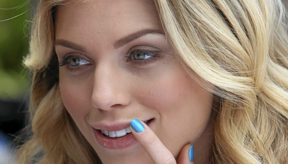 GÅ FOR BLÅ: AnnaLynne McCord er trendy i blå negler.