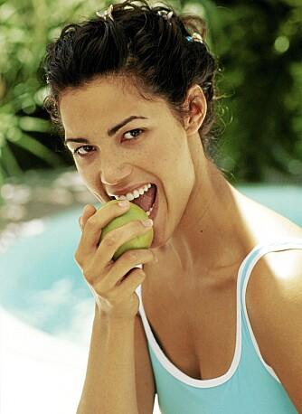 BØR VASKES: Frukt og grønnsaker bør vaskes godt i flaskevann/kokt vann for å unngå magetrøbbel.