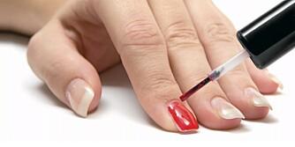NEGLELAKK: Unngå neglelakk som fliser seg opp etter noen dager ved hjelp av disse tipsene.