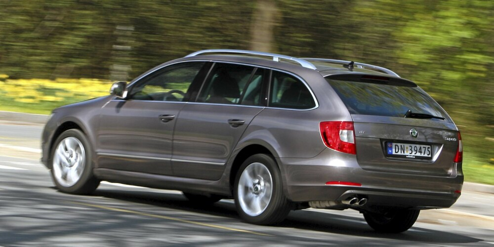 DIGER: Stasjonsvognutgaven av Superb er en veldig stor bil. Perfekt for barnefamilier - selv om bakseteplassen nesten er i overkant.