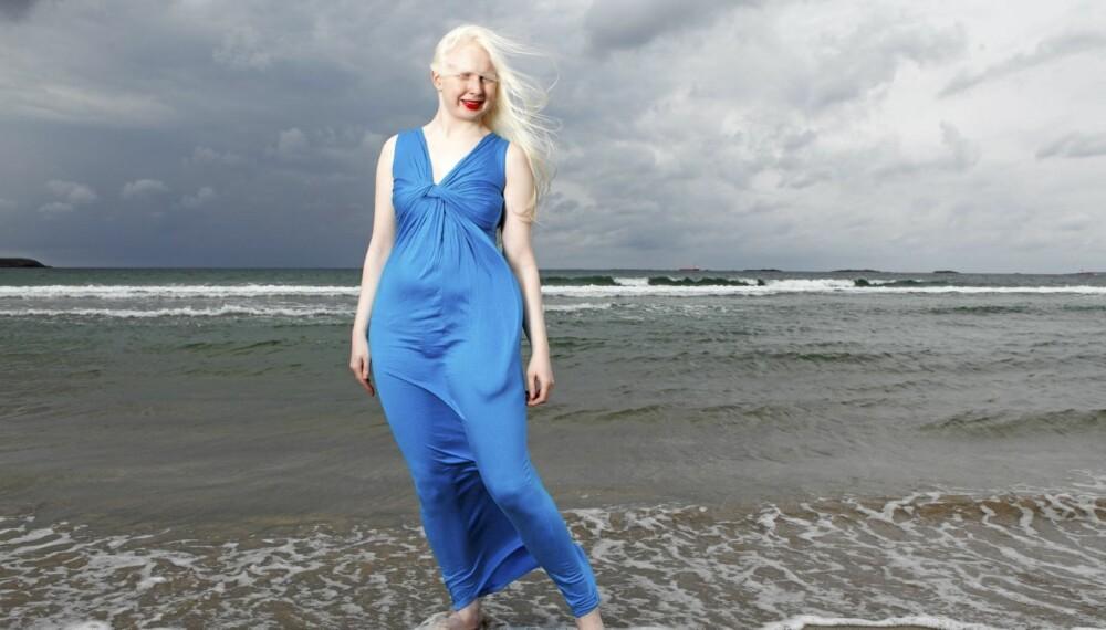 FLOTT: Cecilie Andrea er mer fargerik enn de fleste. Og mot den hvite kroppen hennes kommer fargene til sin fulle rett.