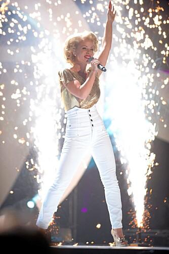 Lene Alexandra med høy Marliyn faktor under delfinalen i Melodi Grand Prix i Bodø. Sangen Sillycone Valley ble en stor hit.