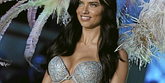 UNDERTØYSSHOW: Adriana Lima iført årets Fantasy Bra  under Victoria's Secrets Fashion Show 2011 i New York onsdag.