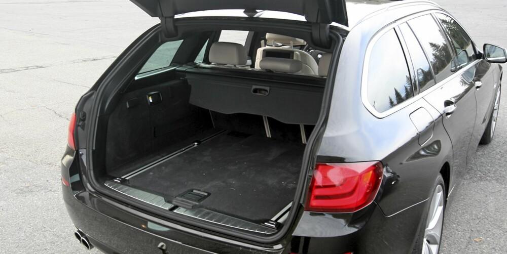 IKKE STØRST: 5-seriens bagasjerom er betydelig trangere enn det Mercedes E-klasse har, men er likevel ikke trangt.