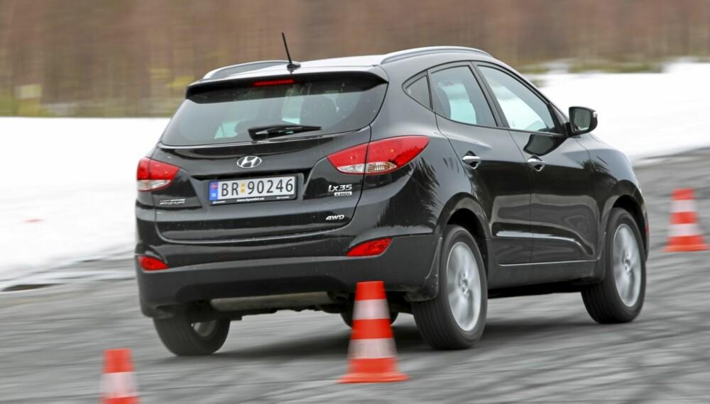 """PÅ TEST: Hyundai ix35 på vei gjennom """"""""elgtesten"""""""" på den gamle flystripa på Gardermoen."""