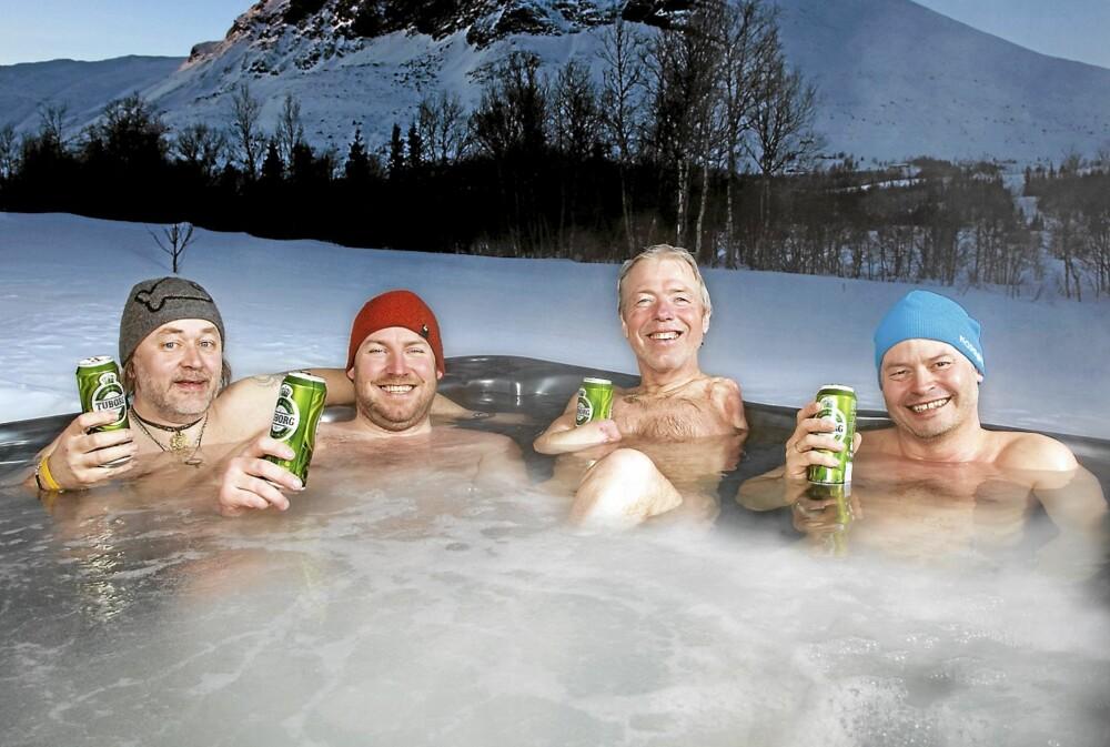 BOBLENDE GLEDE: - Hva smaker vel bedre enn kald øl i boblebadet etter en topptur? spør Cato og kameratene Gøran Simonsen (f.v.), Svein Arild Arntsen og Willy Persen.