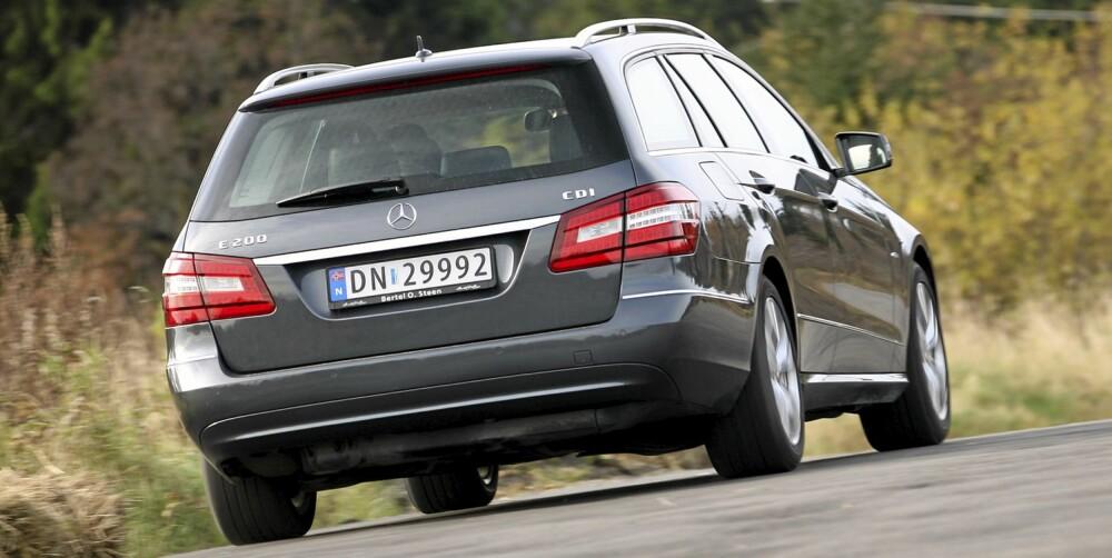 KANTER: Mercedes-hekken er betydelig mer boksformet enn BMW-bakparten. Det gir langt bedre bagasjeplass i E-klasse.