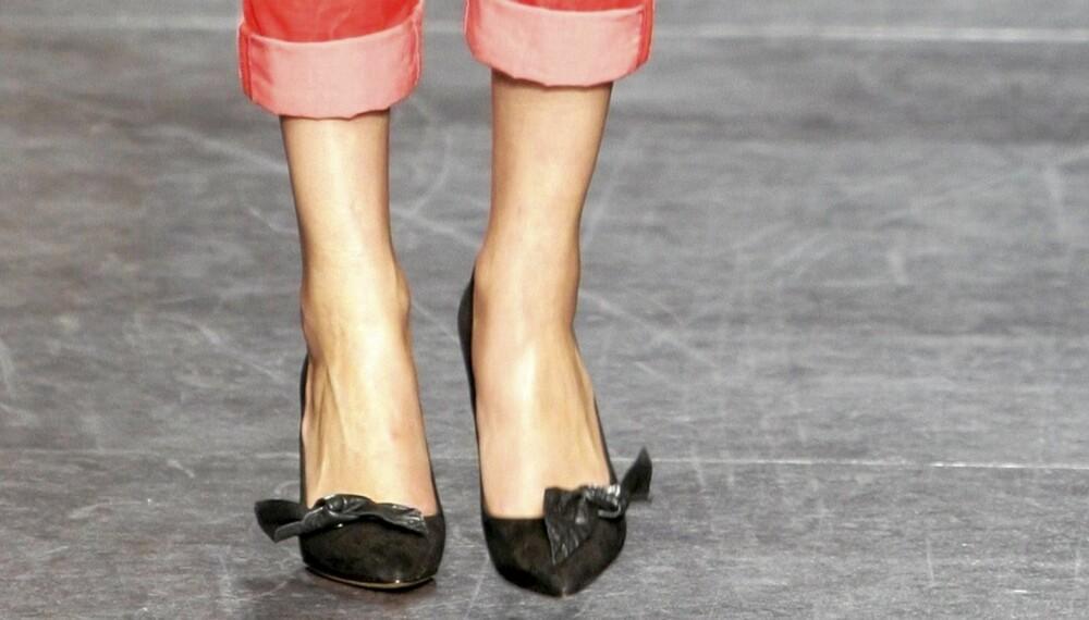 BLOTT ANKLENE: Nå skal du brette opp buksene dine slik at anklene vises.