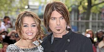 Miley Cyrus og Billy Ray Cyrus på premieren til Hannah Montana-The movie i 2009. Etter den tid er familien splittet og Miley er blitt noe av en rampejente.