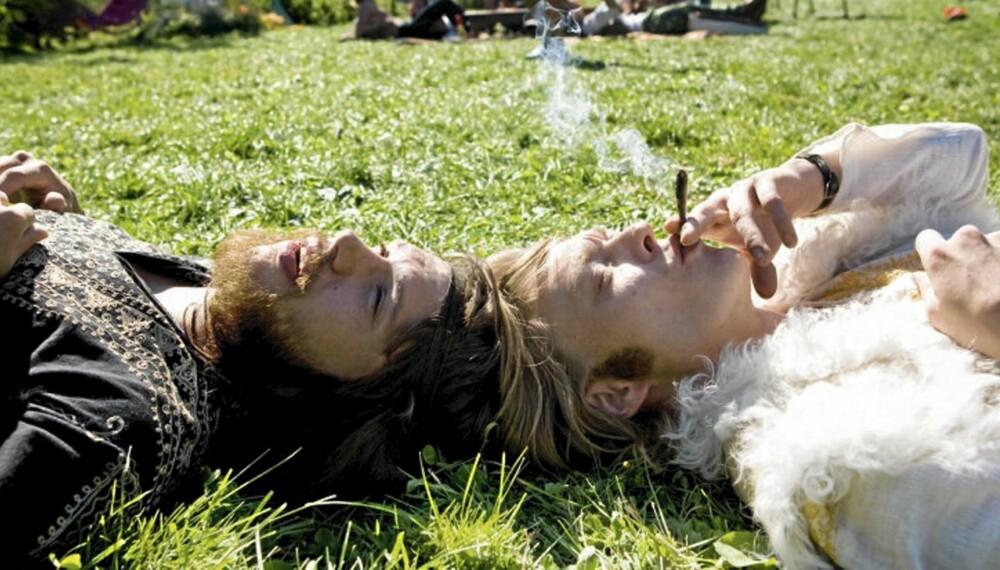 Kristoffer Joner (t.h.) spilte hovedrollen i «Den siste revejakta» sammen med Nicolai Cleve Broch (t.v.), og privat er han like liberal som rollefiguren i sin holdning til cannabis.