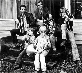 MUSIKKFAMILIE: Her er familien fotografert i lykkelige dager. Mor Bjørg (nå 72), far Per Kolbjørn (død) og barna Kjetil (49), Håvard (52), Ingunn (51) og Eivind (47) på trappen hjemme i Sunndalsøra.