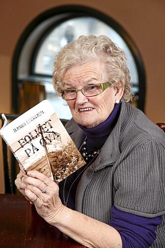 """SKRIVER BØKER: - Jeg har stor formidlertrang, sier Bjørg Undhjem. Hun har skrevet boken """"Folket på øya"""" og sier at det ikke bare var lett å reise rundt som artistfamilie på 70-tallet."""