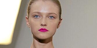 ROSA LEPPER: Vil du være ekstra trendy går du for neonrosa lepper som på visningen til Jil Sander.