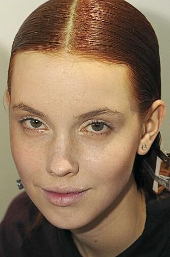 LYS HUD MED FREGNER: Bruk en brun maskara på lyse øyenbryn for en mer naturlig look.
