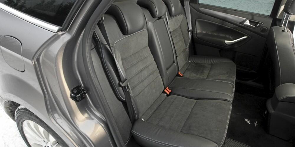 ROMMELIG: Baksetet er bredt, og dermed blant de beste i klassen når det gjelder å romme tre passasjerer eller tre barneseter. Også beinplassen er god.