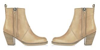 RØFFE SKO: Topp antrekket med et par kule boots. Disse er fra Acne (kr 2995).