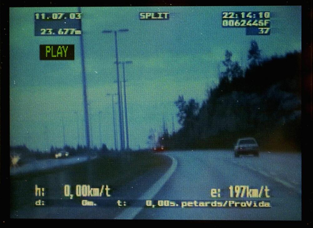 FOTGJENGER: Bilføreren som UP måler på dette bildet må belage seg på å være fotgjenger en god stund. 197 km/t i en 100-sone kvalifiserer til rundt to og et halvt år uten førerkort.