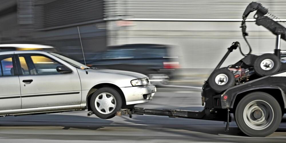 SMELL: Mange biler har fått understell ødelagt av hull i veien. ILLUSTRASJONSFOTO: Colourbox