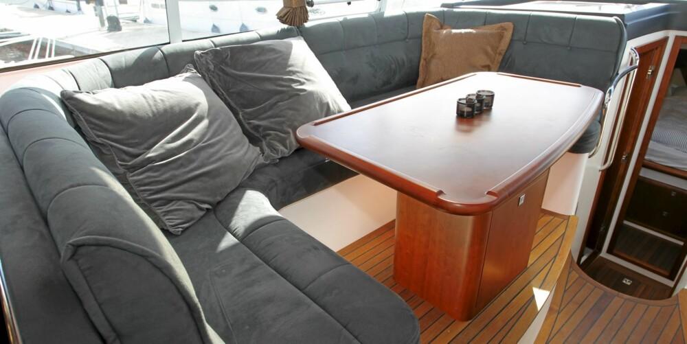 SALONG: I cockpit har du en trivelig salong på babord side.