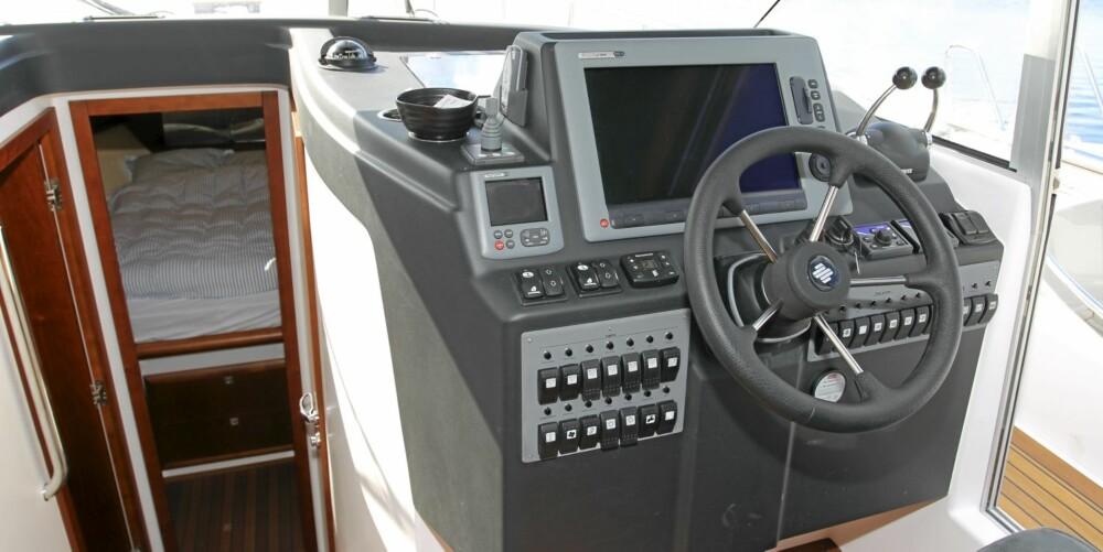FØRERPLASS: Tross lengde og vekt er Adriatic 40 Fly en relativt enkel båt å manøvrere.