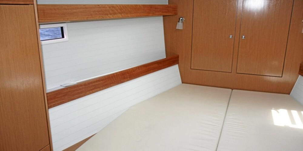REDER: Her er her en flott rederlugar med sideruter og hvit bekledning.