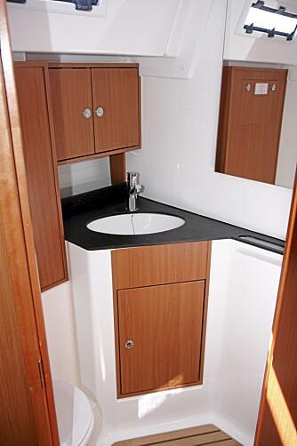 PLASS: Nede i salongen finner vi god plass. Ståhøyden er på hele 2,06 meter, også på toalettet.