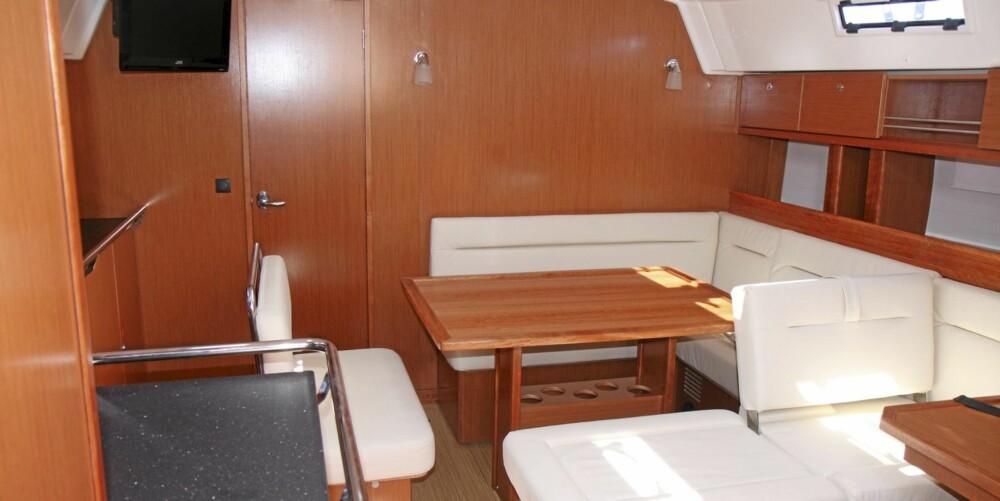 STÅHØYDE: Ståhøyden er på 2,06 meter i salongen, med stor sofa til styrbord. Rikelig med plass på toalettet som det er to av akter. Masse plass forut også takket høyt fribord.