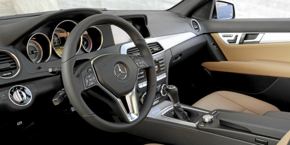 SPORTY: Interiøret har fått designdetaljer fra E-klasse og SLS. FOTO: Daimler AG