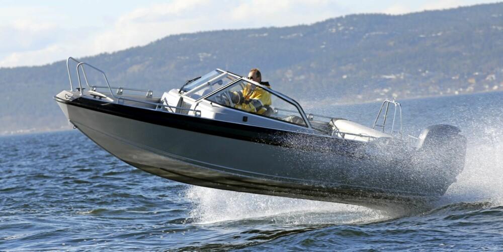 MINDRE BÅTER: Riktig kjøring gir lavere kostnader også i mindre båter som denne Buster XXL.