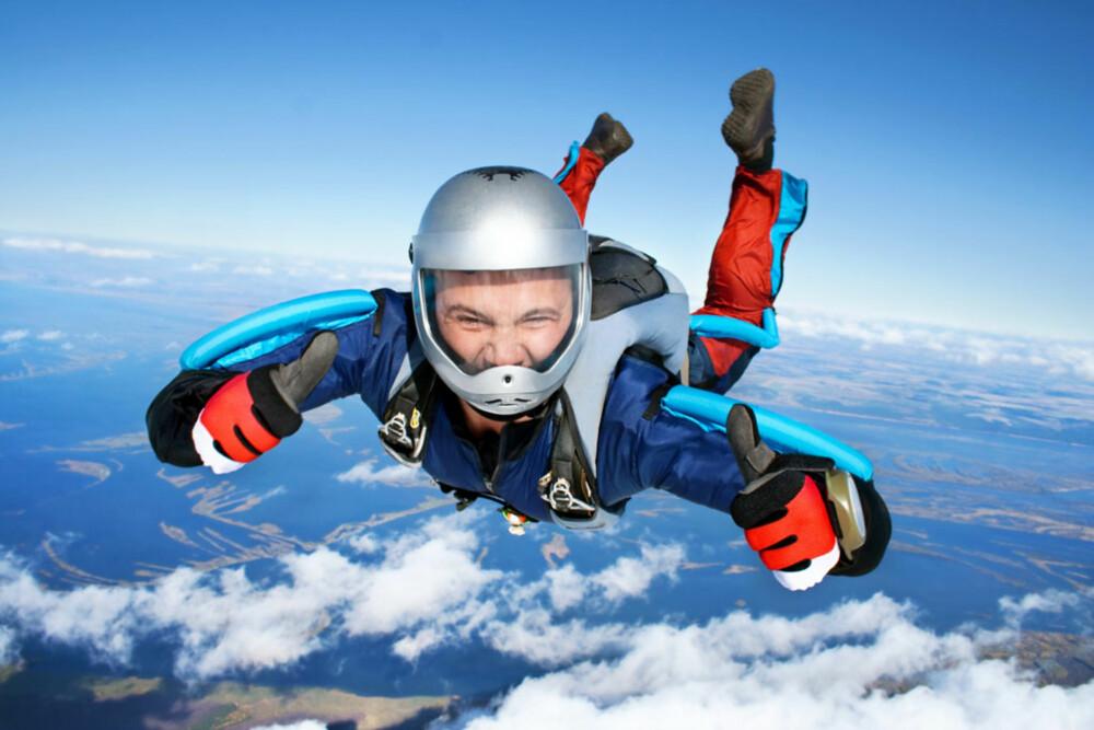 SPORTY: Mange fallskjermklubber tilbyr tandem-hopp. Dvs. at man hopper sammen med en erfaren fallskjermhopper fra f.eks. 10.000 fot, festet til fallskjermhopperens mage i en sele. Denne tøffingen har hoppet før.