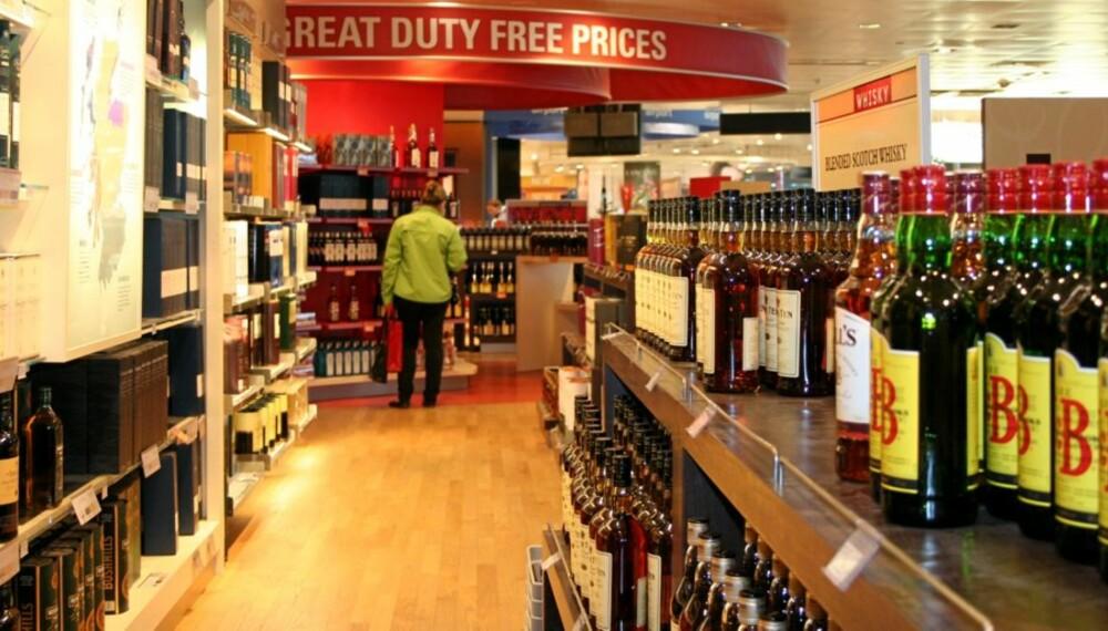 MYE Å SPARE: Det kan være mange kroner å spare ved å kjøpe alkohol på flyplassen kontra på Vinmonopolet.