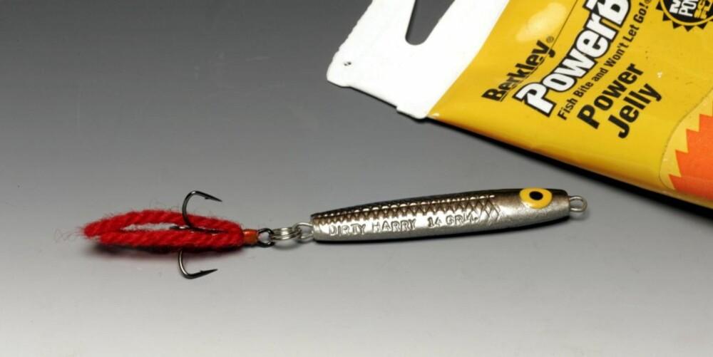 MED PYNT OG LUKT: En rød ulltråd dynket med luktstoff appellerer til flere sanser.