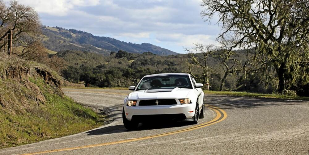 TAKLER SVINGER: Boss 302 imponerer både på banen og svingete fjellveier.