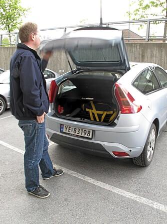 KLASSIKER: Om to sekunder er lokket igjen, bilen låst - og nøklene ligger sammen med bagasjen. FOTO: Geir Svardal
