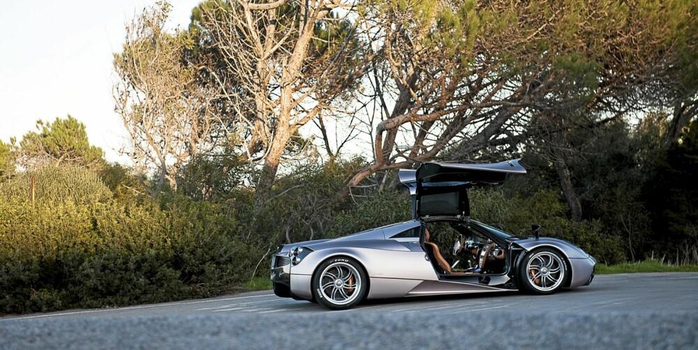 MÅKEVINGEDØRER: Paganis siste kreasjon har ikke bare hentet motoren fra AMG. Også dørene er inspirert av klassikeren Mercedes 300SL.