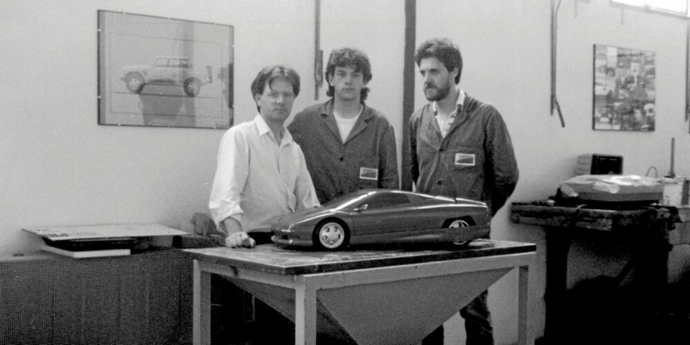 KARBONFIBER: Pagani laget en karbonprototyp av den legendariske Countach på 80-tallet. Legg også merke til bildet av LM002 på veggen.
