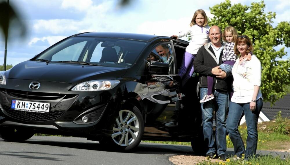VALGTE MAZDA: Familien Henriksen valgte å bytte sin Mazda5 i en ny modell. Skyvedørene er noe av det de liker best.