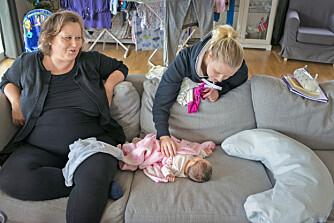 BARNEVAKT: Storesøster Merethe Tunge Stangeland (21) er på besøk fra studier i London. Å føde henne var tøffere enn å føde som 44-åring, forteller Else Marie.