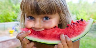 GODT: Gjør det til en god vane å gi barna påfyll med frukt under bilturen. Sunt og deilig.