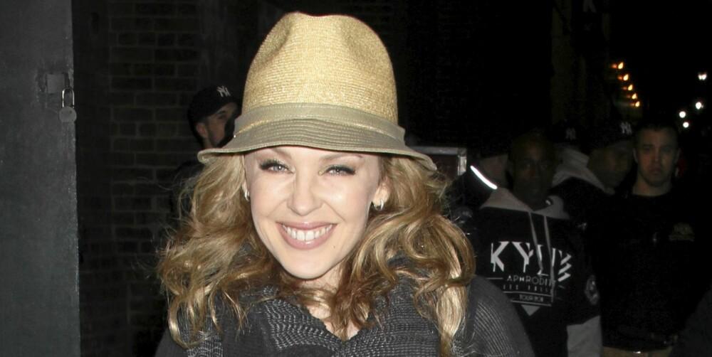 HATT: Det er usikkert om Kylie Minogue har en dårlig hårdag her, men hun har uansett en fin hatt som kan skjule det.